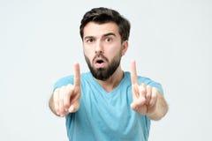 有经验的年轻人陈列食指,给忠告或推荐 免版税库存照片