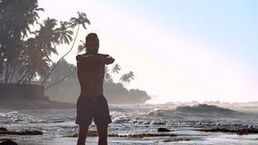 有经验的运动员伸在海洋海滩的手 股票视频