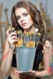 有绘在艺术演播室的刷子的妇女 免版税图库摄影