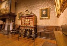 有绘画的老室在Plantin-Moretus打印博物馆,联合国科教文组织世界遗产名录站点里面 库存照片