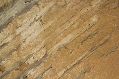 有绝缘材料的老木墙壁由黏土制成 库存照片