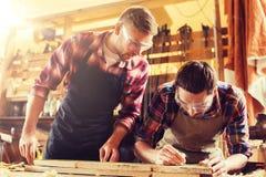 有统治者和木头板条的木匠在车间 库存照片