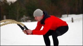 有绳索的人在 crossfit锻炼的功能训练健身冬天 慢的行动 股票视频