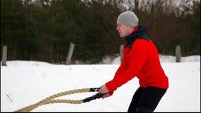 有绳索的人在 crossfit锻炼的功能训练健身冬天 慢的行动 影视素材