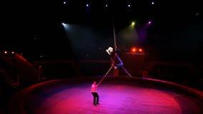 有绳索的杂技演员在马戏 影视素材