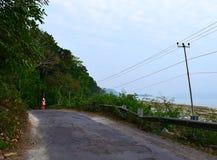 有绿叶的偏僻的路在印地安村庄乡下-孑然和和平 库存图片