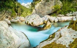 有绿松石水急流的自然狂放的河在森林山谷 库存图片