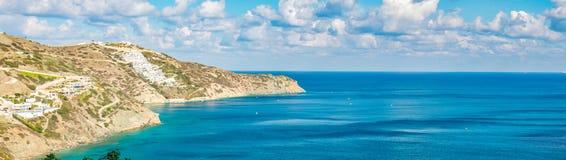有绿松石海的美好的全景 忒修斯海滩,Ammoudi,希腊看法  免版税库存照片