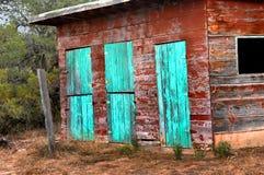 有绿松石门道入口的谷仓 库存照片