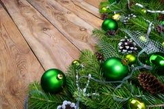 有绿色中看不中用的物品的圣诞节诗歌选在土气木backgr 库存图片