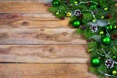 有绿色中看不中用的物品的圣诞节诗歌选在木背景, c 免版税图库摄影