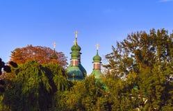 有绿色圆顶和金黄十字架的东正教 图库摄影