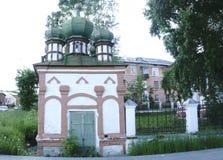 有绿色圆顶的一个小大教堂在屋顶 库存照片