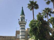 有绿色屋顶的白色尖塔 免版税图库摄影