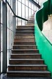 有绿色扶手栏杆的木台阶 免版税库存照片
