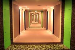 有绿色插入物、照明设备和地毯料的一个长的走廊 库存照片