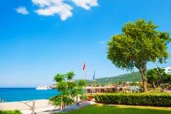 有绿色树的美好的海散步在凯梅尔,土耳其 免版税库存照片