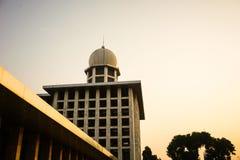 有绿色树的Istiqlal清真寺在穆斯林的边祈祷 库存照片