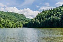 有绿色森林的Alice湖和蓝天在夏日Squamish加拿大 库存图片