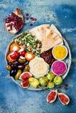 有绿色沙拉三明治的,皮塔饼,各式各样的蕃茄,南瓜,甜菜hummus,橄榄,胡椒粉原料, tabbouleh中东meze盛肉盘 图库摄影