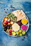 有绿色沙拉三明治的,皮塔饼,各式各样的蕃茄,南瓜,甜菜hummus,橄榄,胡椒粉原料, tabbouleh中东meze盛肉盘 免版税库存照片