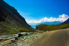 有绿色牧场地的多小山高速公路和在途中的蓝天向从路的喜马拉雅山, manali旅游业喜马偕尔省leh ladakh,印度 免版税图库摄影