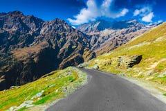 有绿色牧场地的多小山高速公路和在途中的蓝天向从路的喜马拉雅山, manali旅游业喜马偕尔省leh ladakh,印度 库存照片