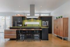 有绿色石英柜台的现代厨房 免版税库存图片