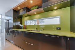 有绿色石英桌面的现代厨房 免版税库存图片
