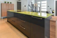 有绿色石英海岛的现代厨房 图库摄影