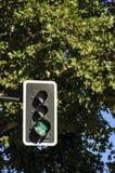 有绿色箭头的红绿灯 库存图片