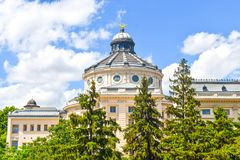有绿色美丽的公园庭院的家长式宫殿在一个夏日 新古典主义的建筑学在布加勒斯特,罗马尼亚 免版税图库摄影