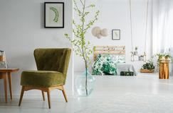 有绿色葡萄酒椅子的卧室 图库摄影