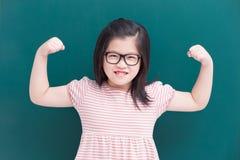有绿色黑板的逗人喜爱的女孩 免版税库存图片