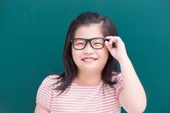 有绿色黑板的逗人喜爱的女孩 图库摄影