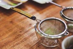 有绿茶粉末Matcha绿茶制造商的滤锅 免版税库存图片