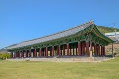 有绿草和蓝天的韩国传统大厅 免版税库存图片