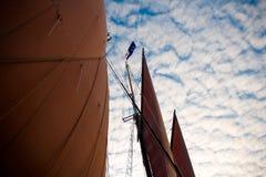 有缅因的海岸的天空的大篷车风帆 免版税库存照片