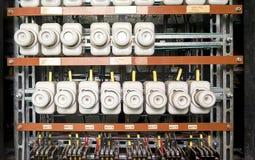 有缆绳和接触器的一个老保险丝箱子 老电子盘区,电子箱子,控制板 免版税库存图片