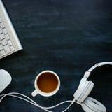 有缆绳的耳机在一张黑桌上 免版税库存照片