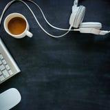 有缆绳的耳机在一张黑桌上 库存图片