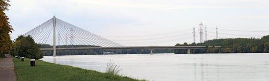 有缆绳被停留的桥梁的河多瑙河 免版税库存照片