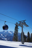 有缆车推力客舱的滑雪胜地全景 雪山 免版税库存照片