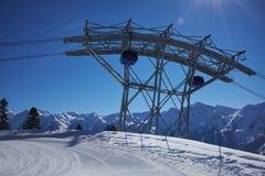 有缆车推力客舱的滑雪胜地全景 雪山 免版税库存图片