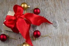 有缎丝带假日装饰圣诞节的欢乐箱子戏弄 免版税库存照片