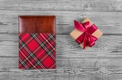 有缎丝带的在一只笼子的礼物盒和笔记薄在灰色背景 复制空间 免版税库存图片