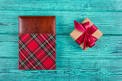 有缎丝带的在一只笼子的礼物盒和笔记薄在蓝色背景 复制空间 库存图片