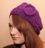 有编织帽子的女孩 库存图片