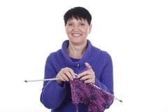 有编织的老妇人 库存图片