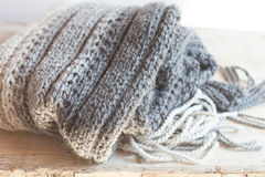 有缨子的羊毛灰色围巾 免版税库存图片